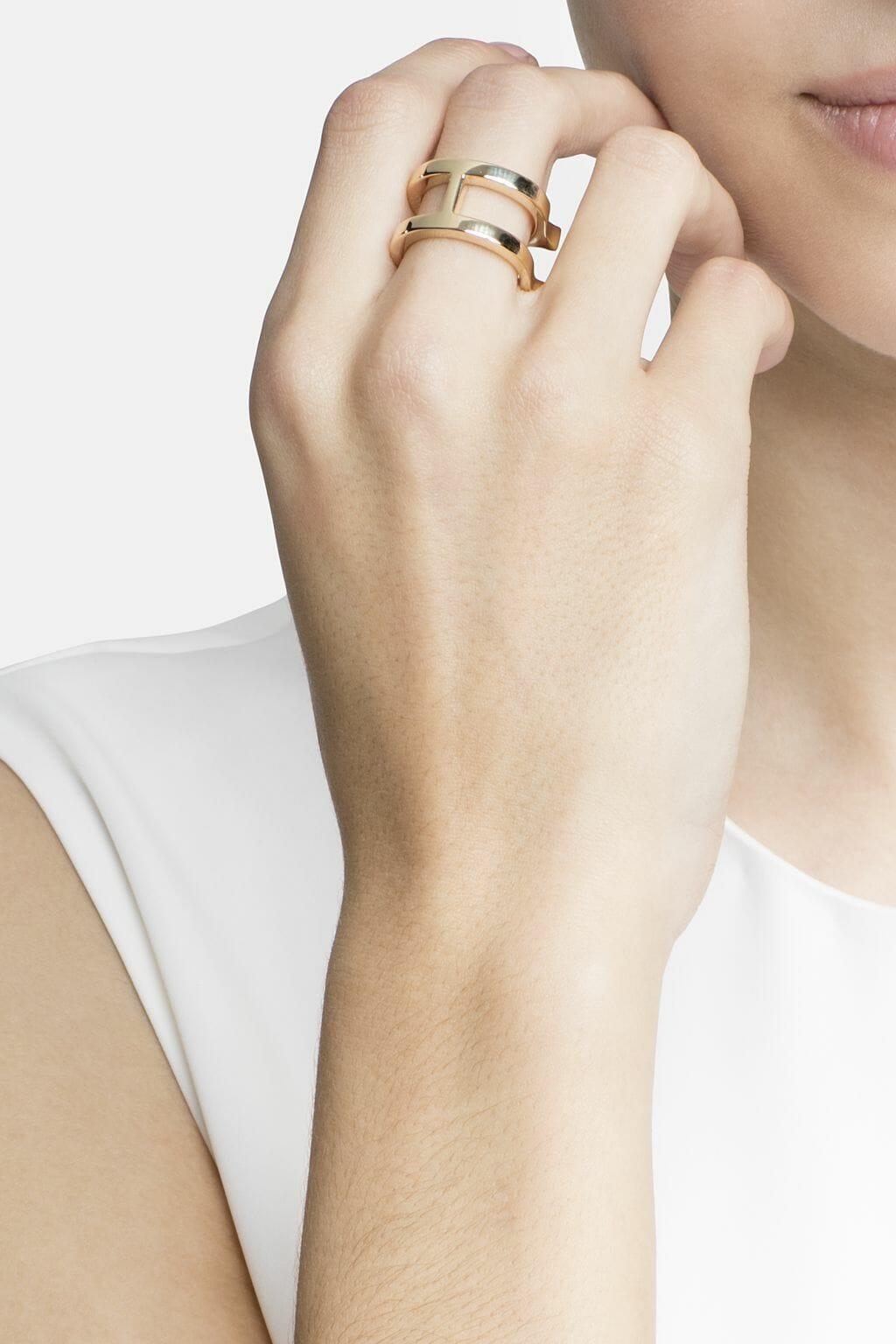 CH-Carolina-herrera-insignia-jewelry-look-30