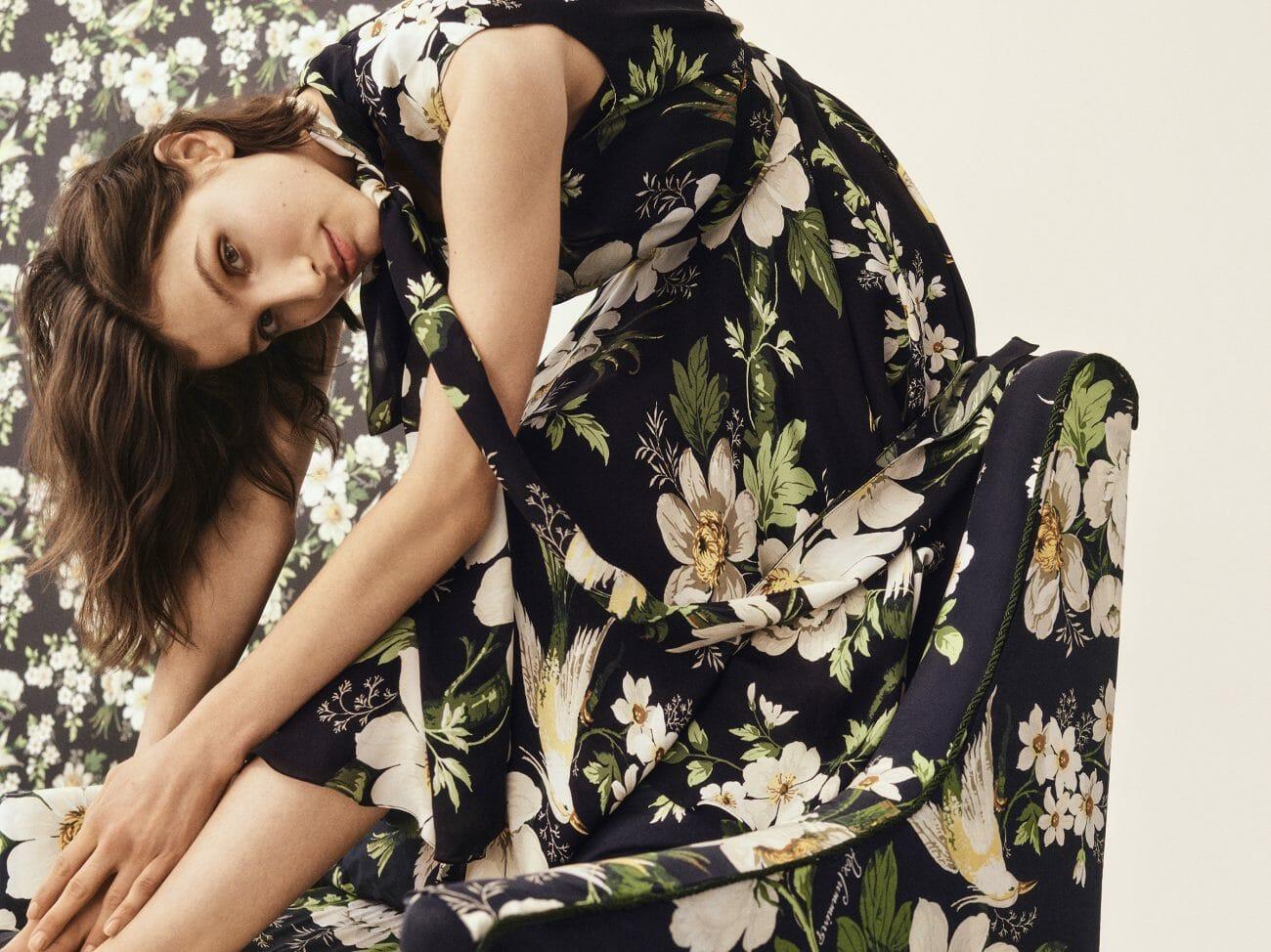 Modelo de Carolina Herrera New York con un vestido negro de flores.