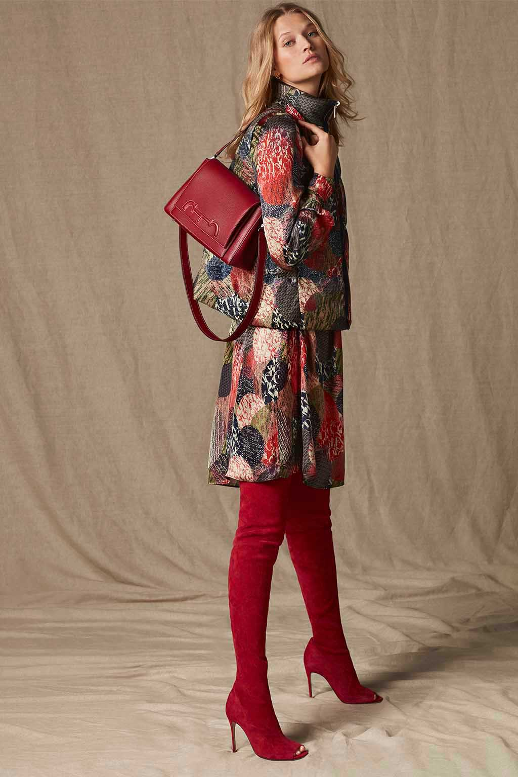 CH Carolina Herrera. New womenswear collection Falling for CH, featured with Doma Insignia bag. Look 02